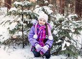Smile girl in winter forest — Stockfoto