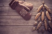 Brown mitten and cones in the form of a Christmas tree on a wood — Stock Photo