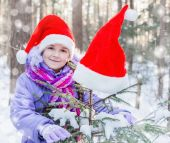 Happy girl in santa hat outdoor — Stockfoto