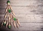Julgran på en planka — Stockfoto