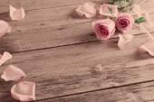 Rosa su fondo in legno — Foto Stock