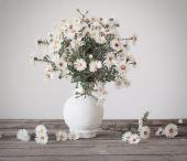White flowers in vase — Stock fotografie