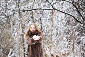 Pretty woman in a winter park — Stock Photo