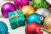Presentes e bolas de Natal — Fotografia Stock