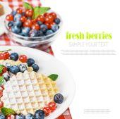 Panqueques con frutas frescas — Foto de Stock