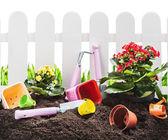 Kwiaty i narzędzia ogrodowe gleby — Zdjęcie stockowe