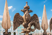 Двуглавый орел в императорской короны — Стоковое фото