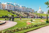 Tourists in Peterhof fountains of Grand Cascade — Stock Photo
