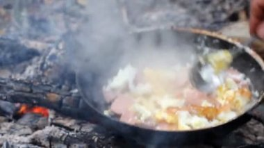 An unusual way of cooking eggs on  fire — Stock Video