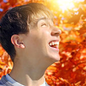 Teenager rejoices Autumn — Stock Photo