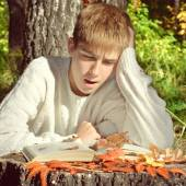 Teenager reading outdoor — Stock Photo