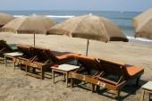 Plank beds and sunshades on a beach. India Goa — Stock Photo