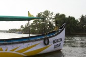 Old fishing boat standing on the sandy beach. India, Goa — Stock Photo