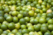 Fresh juicy lime on a counter in the market of India of Goa — Stock Photo