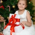 holčička poblíž vánoční stromeček s dárky — Stock fotografie #70389045