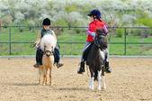 男孩和女孩骑着一匹小马 — 图库照片