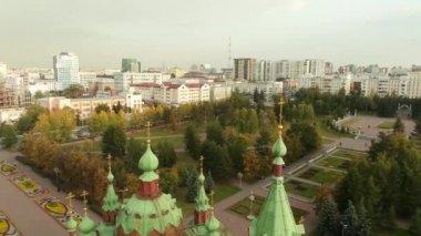 Beautiful church in a big city. Aerial shot. — Stock Video