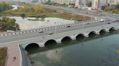 Ruch pojazdów przez most. zdjęcia lotnicze. — Wideo stockowe