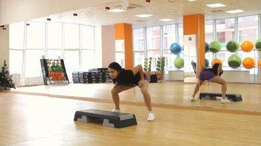 漂亮女性在运动过程中一步板上 — 图库视频影像