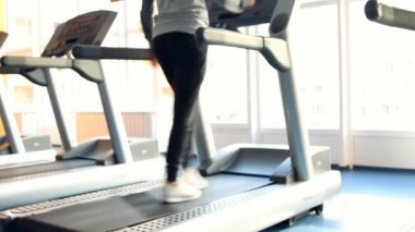 People at the gym exercising. Run on a machine. Out of focus — Video Stock