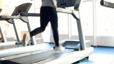 People at the gym exercising. Run on a machine. Out of focus — Stock Video