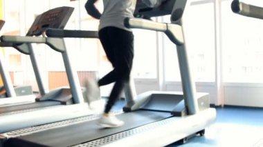 Pessoas para o exercício de ginásio. execute em uma máquina. fora de foco — Vídeo Stock