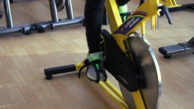 Beautifull female exercising their legs doing cardio cycling training — ストックビデオ