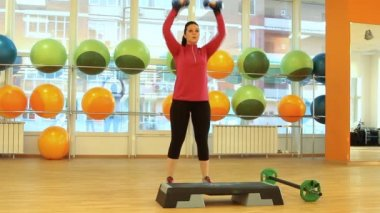 Jonge vrouw doen oefening met halters — Stockvideo