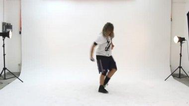Tonåring som dansar breakdance i aktion — Stockvideo