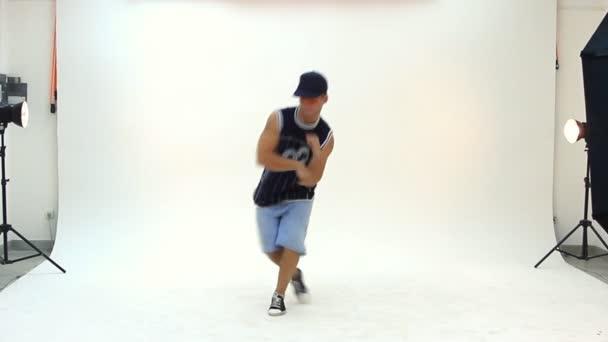 Adolescente bailando breakdance en acción — Vídeo de stock