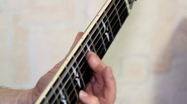 Performer playing on the acoustic guitar. Musical instrument with guitarist hands — Vidéo