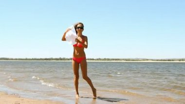 Tanned young woman posing on the beach — Stock Video