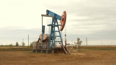 Oil and gas industry. Work of oil pump jack on a oil field. — Stock Video