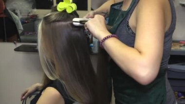 Woman with long hair at the beauty salon getting a blower — Stock Video