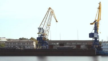 Crane in the port moves loads — Stock Video