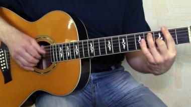 Akustik gitar çalmaya en iyi oyuncusu. gitarist elleri ile müzik aleti — Stok video