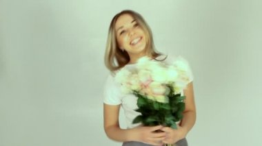 Young romantic woman with bouquet of many roses — Stock Video
