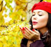 Young woman posing outdoors — Stock Photo