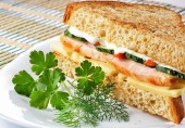 Sandwich with chicken cheese and vegetables — Stock Photo