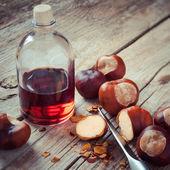 栗子,刀,用木制的桌子,草上的碘酒瓶 — 图库照片