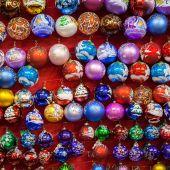 クリスマス色を塗ったガラス ボール — ストック写真