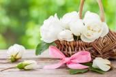 Rustykalne Wiklinowy kosz z Dzika róża kwiaty i Różowej Wstążki. — Zdjęcie stockowe
