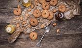 Nozes e biscoitos com gergelim — Fotografia Stock
