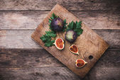 Figs on chopping board — Stock Photo