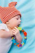 青い毛布の上に赤ちゃん — ストック写真
