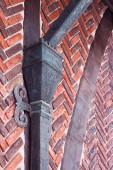 Červená cihlová zeď s nohou výzdoba — Stock fotografie