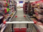 Winkelen in de supermarkt. shoping winkelwagen — Stockfoto