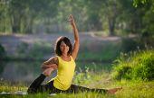 Femme effectue des exercices d'yoga et de Pilates dans la nature — Photo