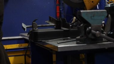 Closed up metal saw cutting a steel — Stok video