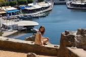 Kobieta siedzi na wybrzeżu Morza na wyspie Kreta, Grecja — Zdjęcie stockowe